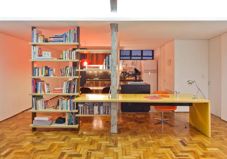 Oficinas y bibliotecas de estilo moderno de Zemel+ ARQUITETOS Moderno