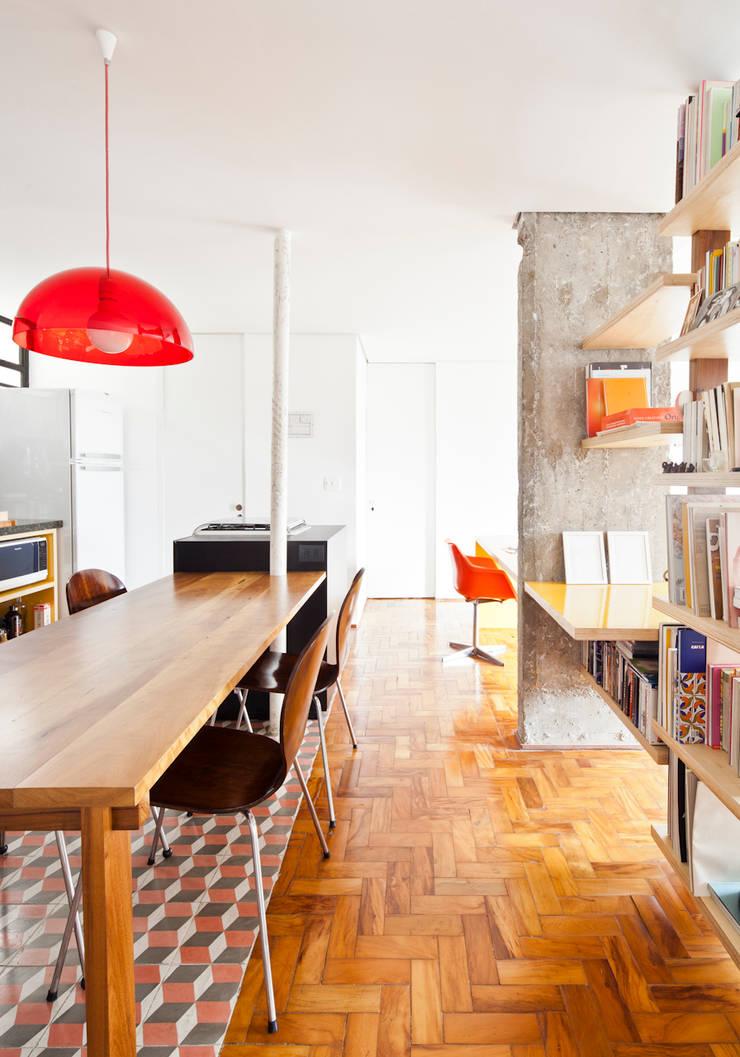 Cocinas de estilo moderno de Zemel+ ARQUITETOS Moderno