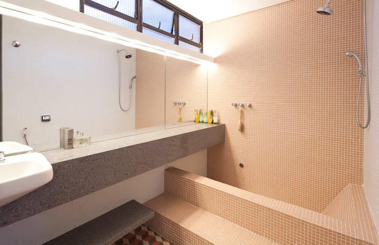 Baños de estilo moderno de Zemel+ ARQUITETOS Moderno