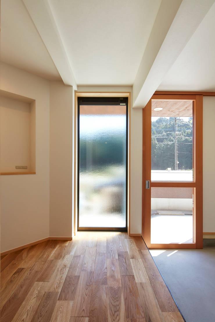 内部ー玄関: 川良昌宏建築設計事務所 Kawara Masahiro Architect Officeが手掛けたです。