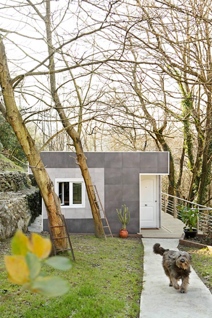 Fachada Este, entrada a la vivienda: Casas de estilo  de BATLLÓ CONCEPT