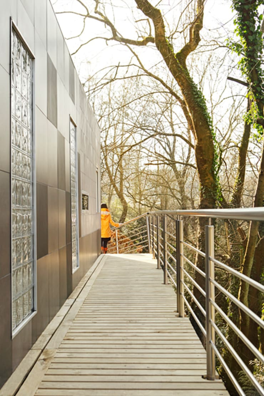 Detalle de la pasarela : Casas de estilo  de BATLLÓ CONCEPT
