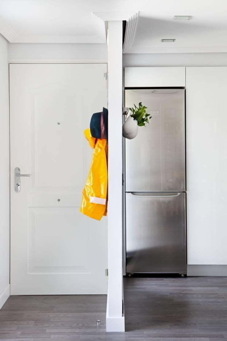Entrada y cocina: Pasillos y vestíbulos de estilo  de BATLLÓ CONCEPT