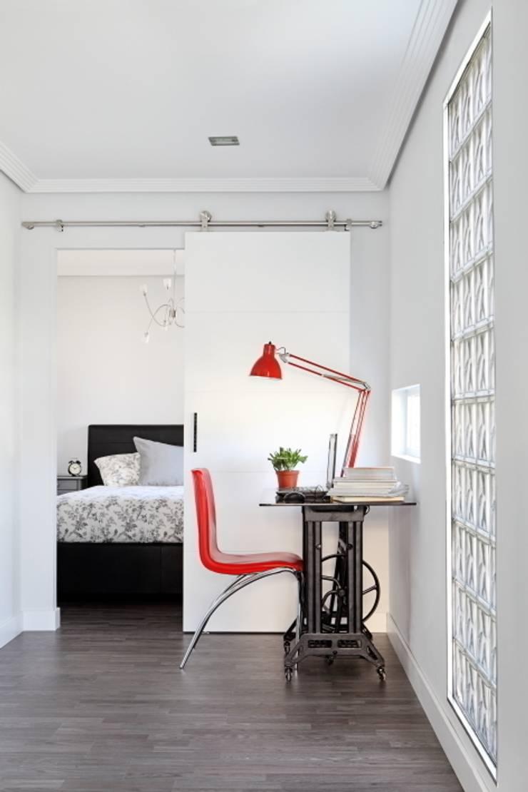 Zona de estudio y dormitorio: Estudios y despachos de estilo  de BATLLÓ CONCEPT