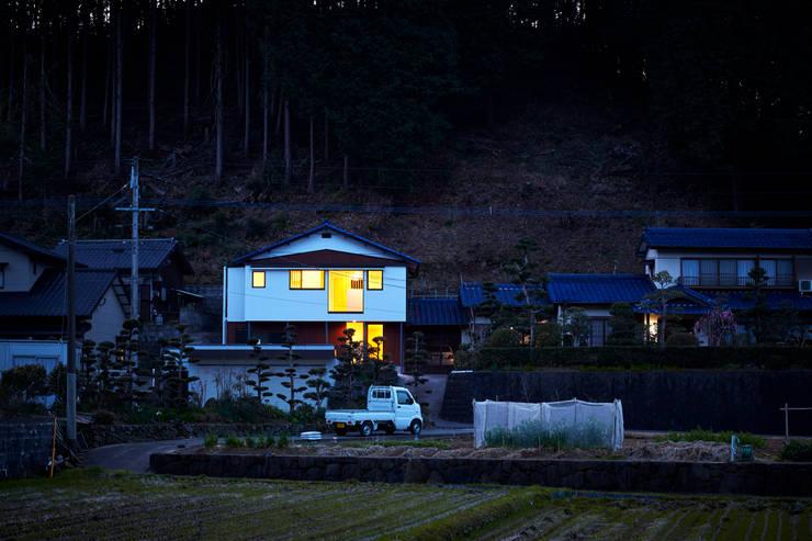 遠景(夜): 川良昌宏建築設計事務所 Kawara Masahiro Architect Officeが手掛けたです。