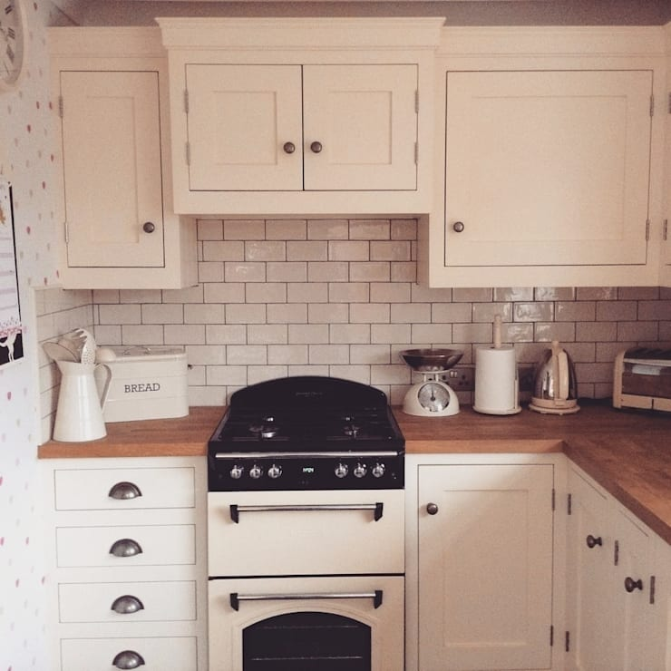 Little Cream Kitchen:  Kitchen by Hallwood Furniture