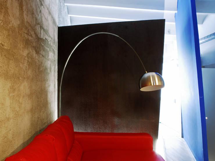 RUSTYIRON: Salones de estilo  de Sucursal urbana universo Sostenible