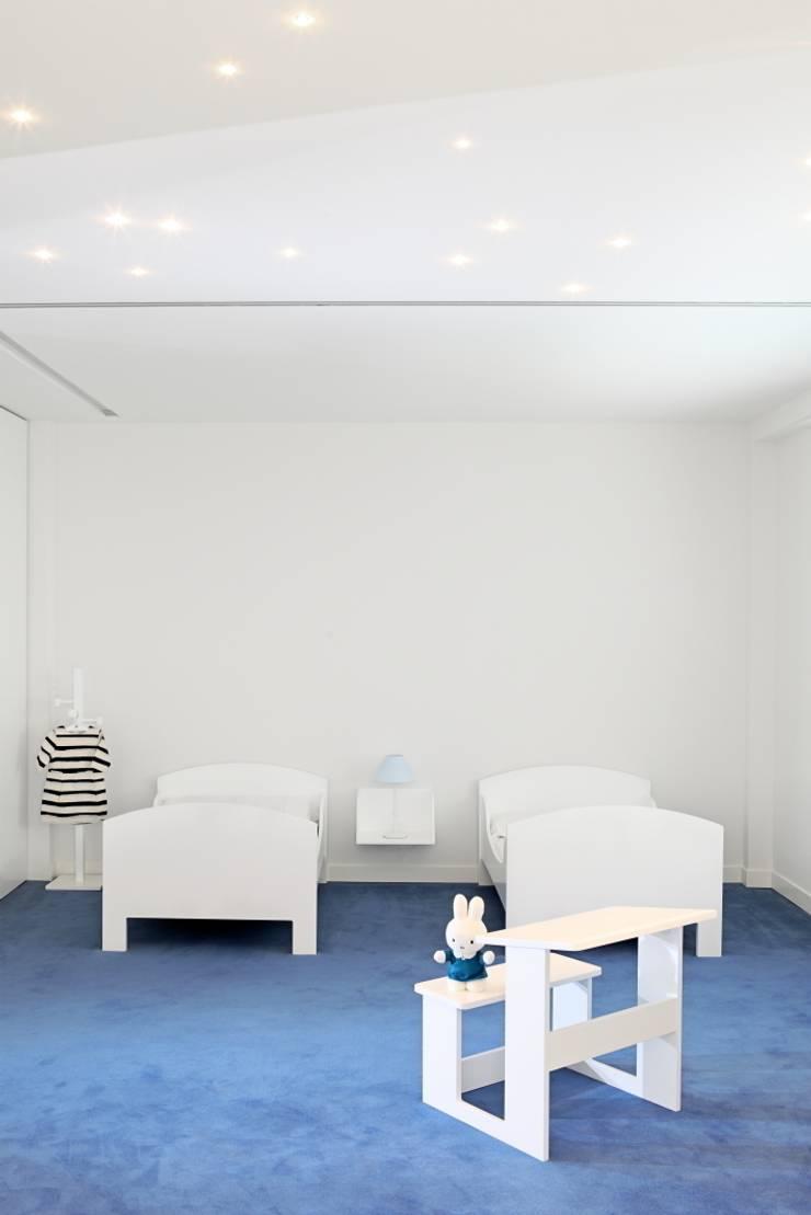 CORALRED: Dormitorios infantiles de estilo  de Sucursal urbana universo Sostenible