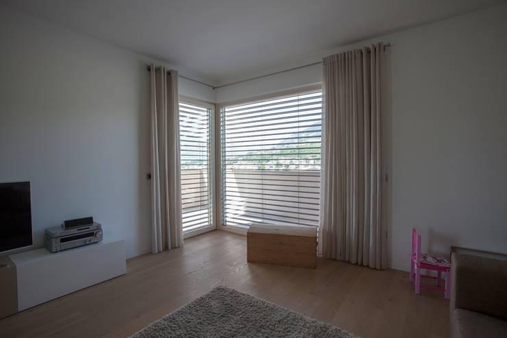 Casa Rialti, un mix tra innovazione e tradizione: Camera da letto in stile  di STP srl