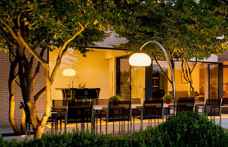 LUMINAIRES OUTDOOR: Balcon, Veranda & Terrasse de style de style Moderne par Royal Botania
