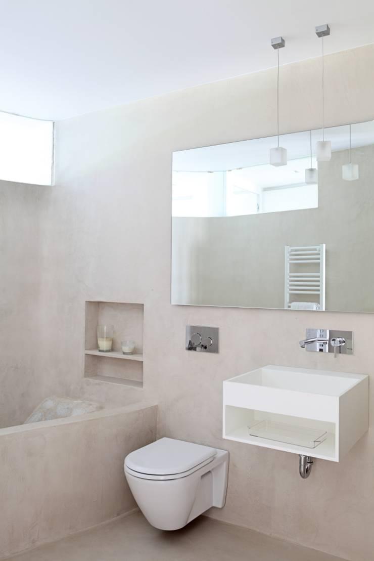 CORALRED: Baños de estilo  de Sucursal urbana universo Sostenible
