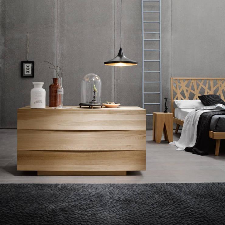 FOREST DRESSER: Camera da letto in stile  di Lovli s.r.l.