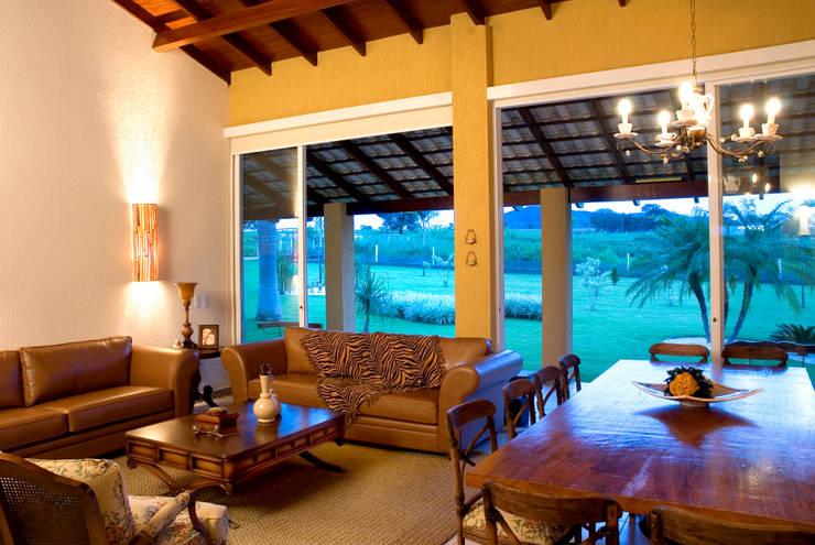 FAZENDA SAN RAFAEL: Salas de estar coloniais por DUPLA ARQUITETURA ESTRATÉGICA