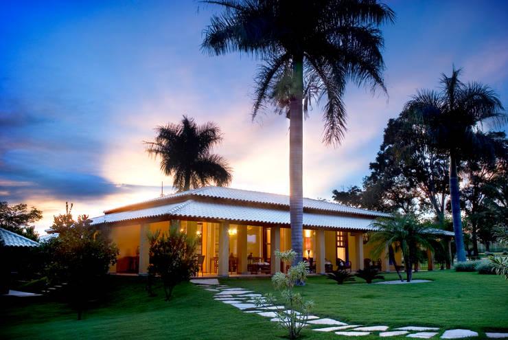 FAZENDA SAN RAFAEL: Casas coloniais por DUPLA ARQUITETURA ESTRATÉGICA