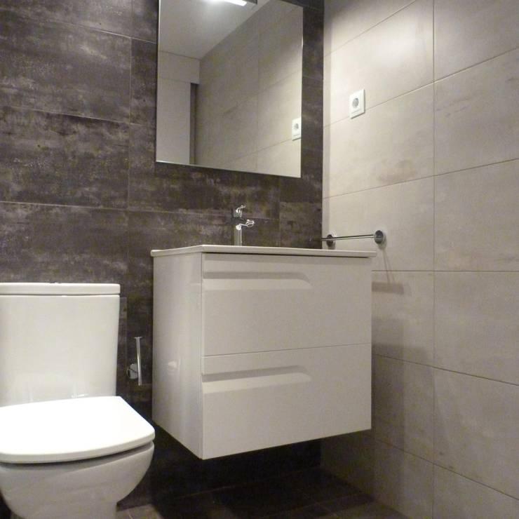 BAÑO CORTESIA DE P.L.: Baños de estilo moderno de RENOVA INTERIORS