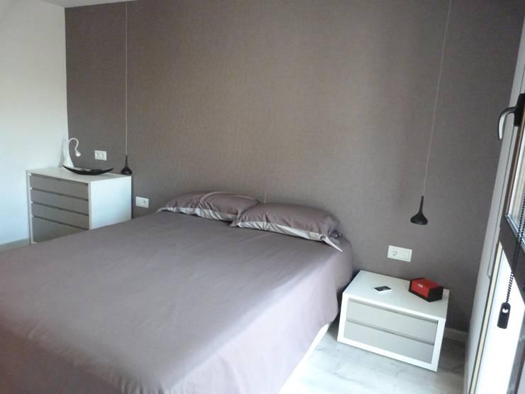 DORMITORIO SUITE, detalle mobiliario y lamparas: Dormitorios de estilo moderno de RENOVA INTERIORS