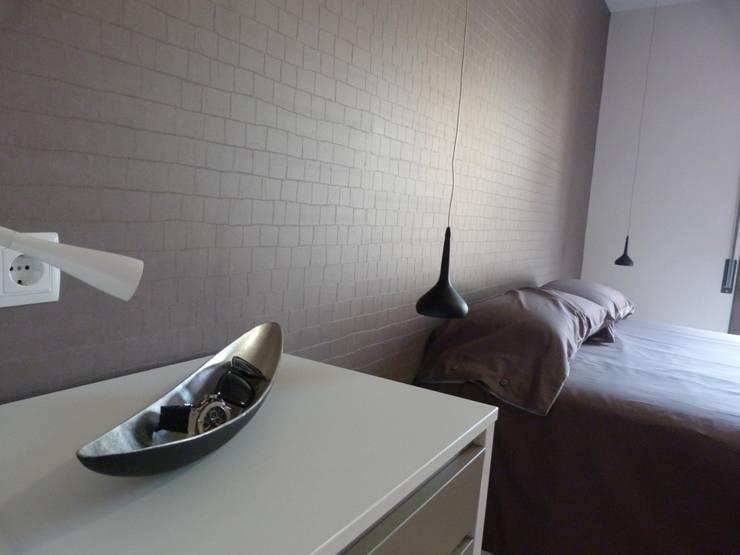 DORMITORIO SUITE, detalle  de papel decorativo: Dormitorios de estilo  de RENOVA INTERIORS