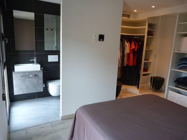DORMITORIO SUITE: Dormitorios de estilo moderno de RENOVA INTERIORS