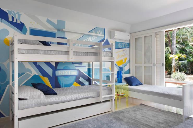 Casa em Angra: Quarto infantil  por Lovisaro Arquitetura e Design