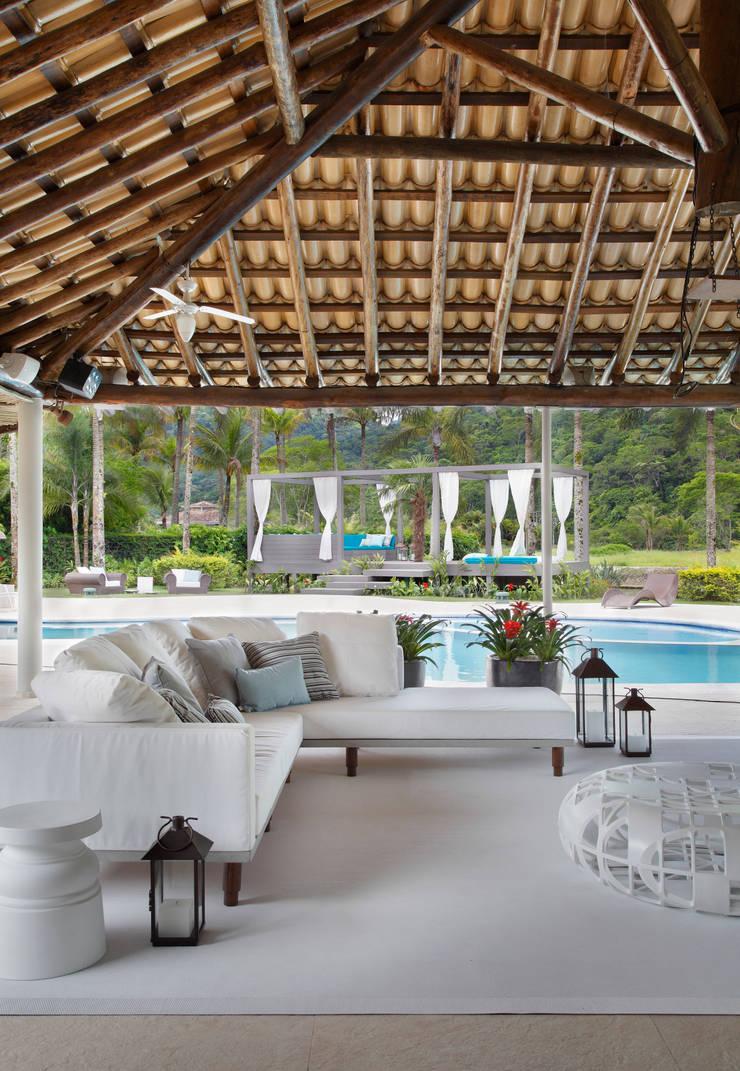 Casa em Angra: Piscinas  por Lovisaro Arquitetura e Design