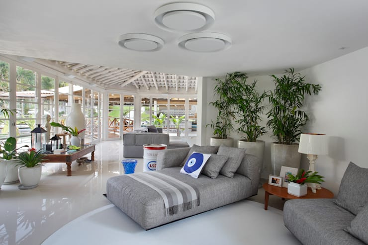 Casa em Angra: Salas de estar  por Lovisaro Arquitetura e Design