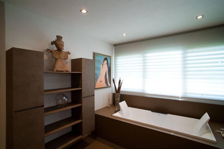 Baños de estilo minimalista por Studio Farina Zerozero - Foto & Video