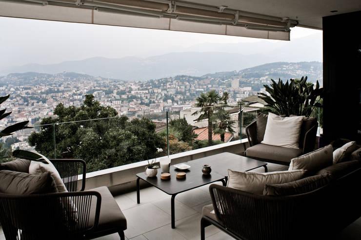 Interni Svizzera #1: Balcone, Veranda & Terrazzo in stile  di Studio Farina Zerozero - Foto & Video
