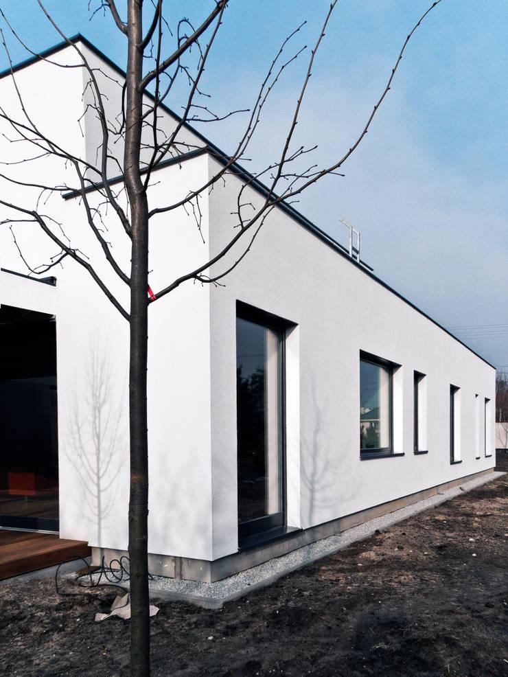 Third House from the Sun: styl , w kategorii Domy zaprojektowany przez Le 2 Workshop
