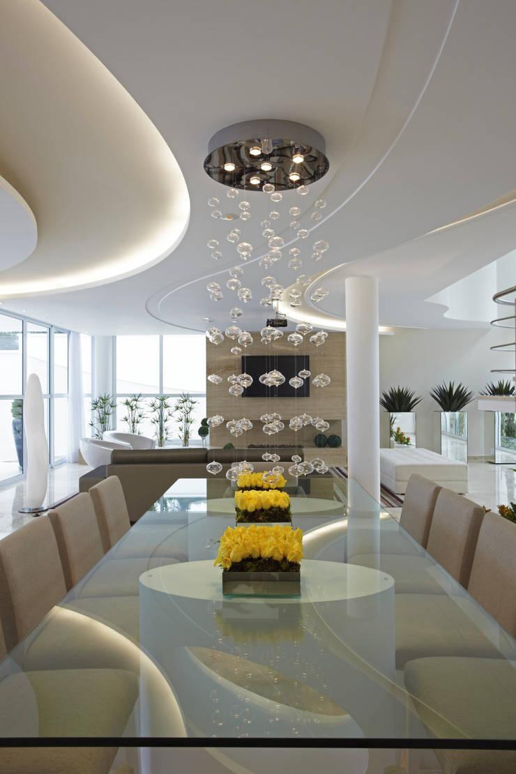 Casa da Serra: Salas de jantar  por Arquiteto Aquiles Nícolas Kílaris,