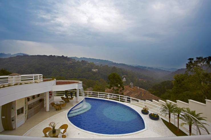 Casa da Serra: Piscinas modernas por Arquiteto Aquiles Nícolas Kílaris