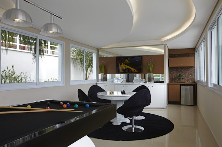 Casa da Serra: Salas multimídia  por Arquiteto Aquiles Nícolas Kílaris