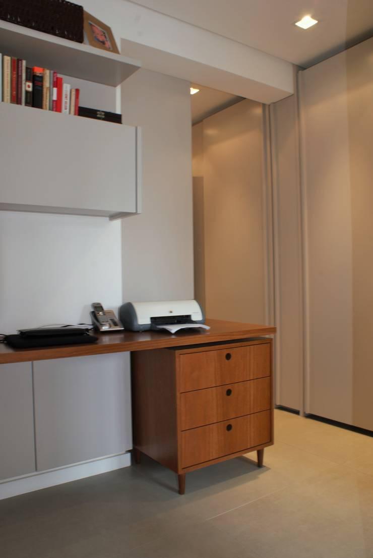 Closet / Home Office: Escritórios  por Gisele Emery Arquitetura,