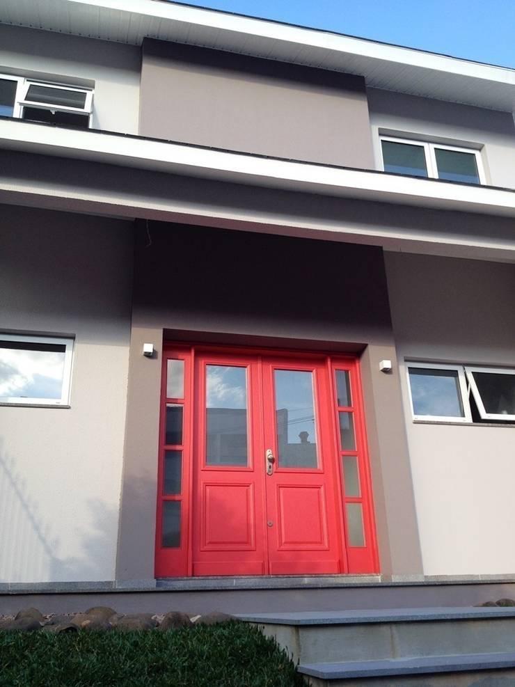 Porta Principal: Casas  por Tuti Arquitetura e Inovação,