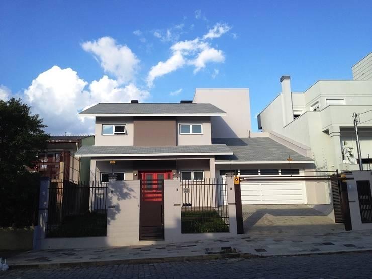 Fachada principal: Casas  por Tuti Arquitetura e Inovação,