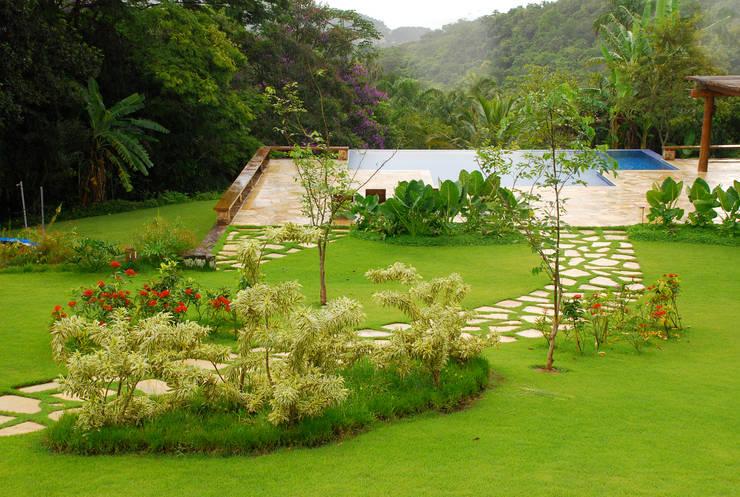 Jardines de estilo  por Gil Fialho Paisagismo