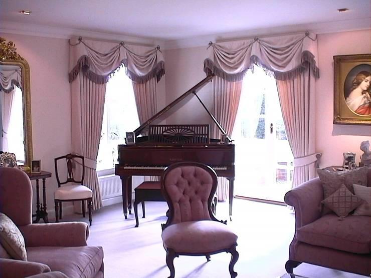 Salas de estar  por Renaissance Interiors