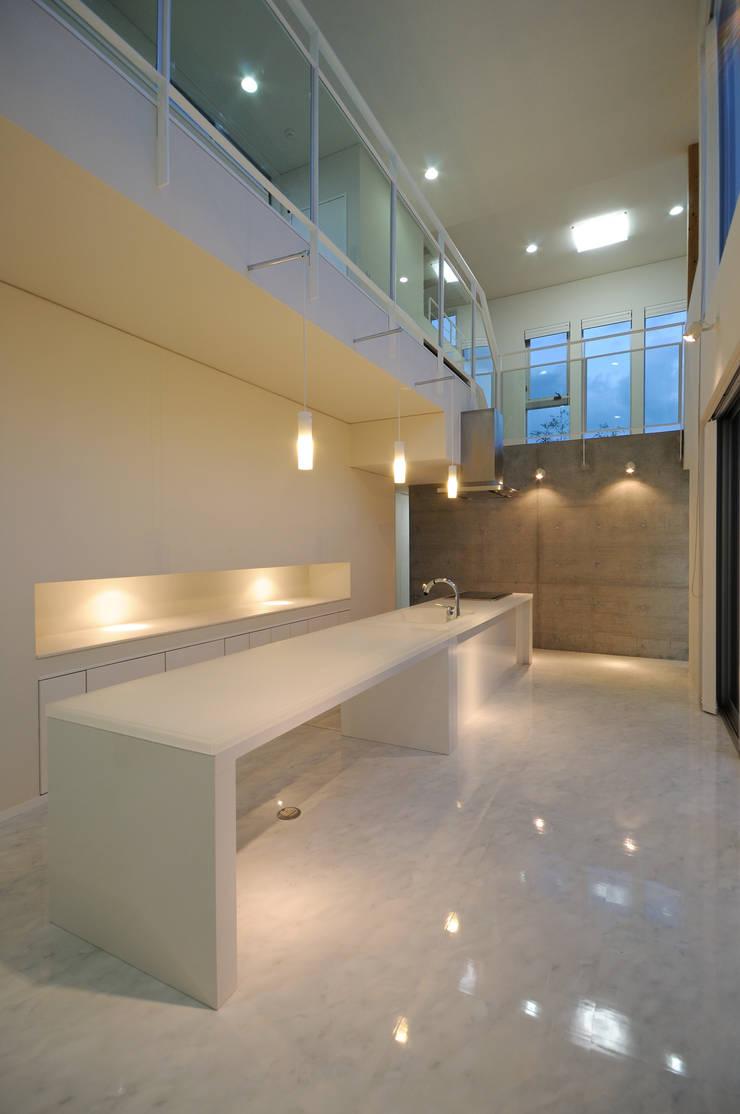 White Composition: 一級建築士事務所 AXISが手掛けたダイニングです。