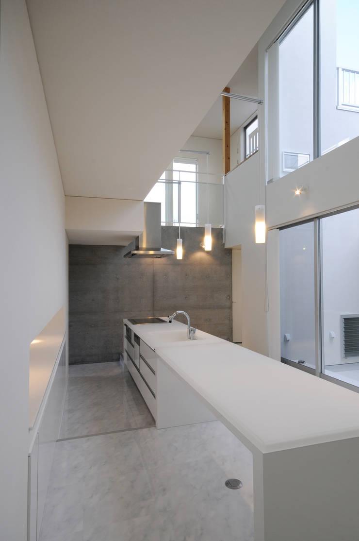White Composition: 一級建築士事務所 AXISが手掛けたキッチンです。