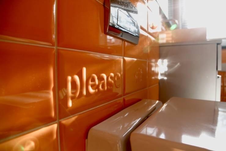łazienka dla nastolatków – projekt i wykonanie Anyform : styl , w kategorii Łazienka zaprojektowany przez anyform,