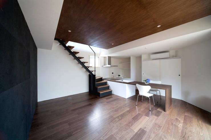 浅間町の家: 小野澤裕子建築設計事務所が手掛けたリビングです。