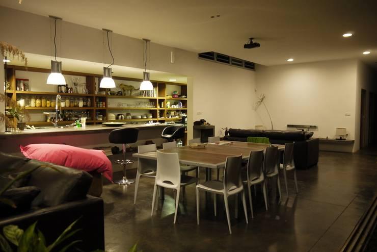 CLEMENTINE house - living room 2: Salon de style  par STUDY CASE sas d'Architecture