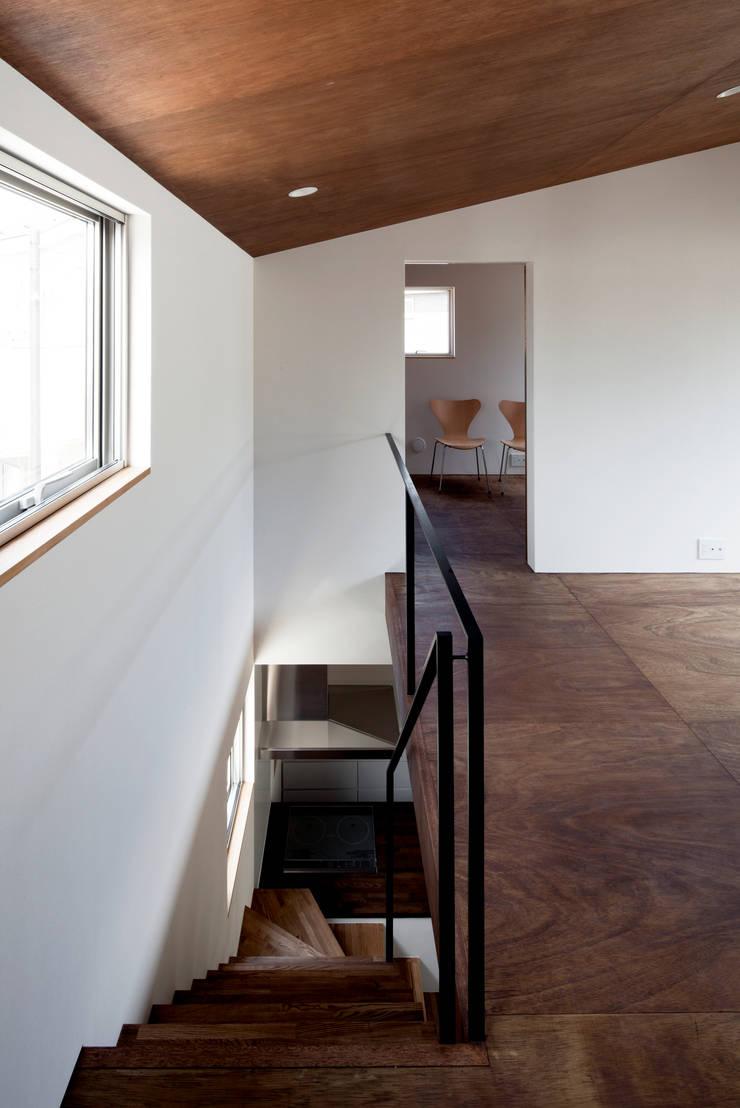 浅間町の家: 小野澤裕子建築設計事務所が手掛けた廊下 & 玄関です。