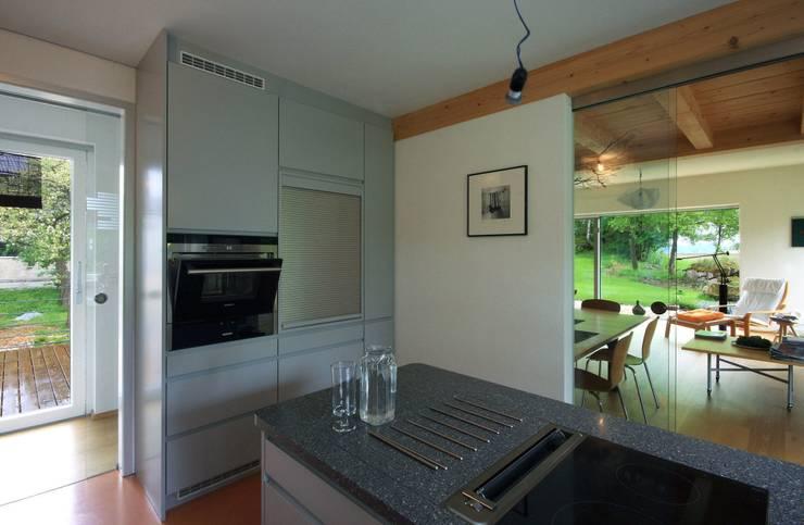 Haus Scheiber: minimalistische Küche von zauner I architektur