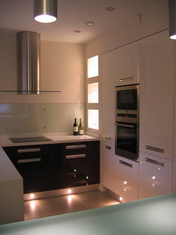 mieszkanie 02: styl , w kategorii Kuchnia zaprojektowany przez ARTEFEKT,