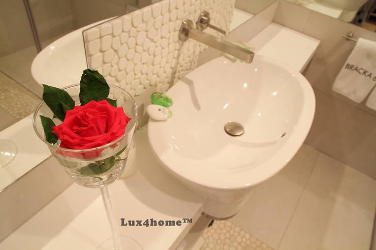 Białe otoczaki Lux4home na ścianie w łazience: styl , w kategorii Łazienka zaprojektowany przez Lux4home™