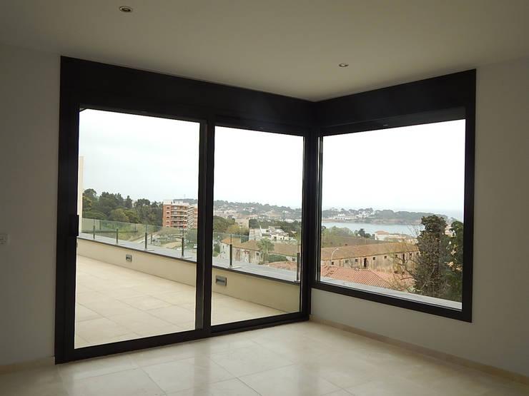 Uitzicht vanuit masterbedroom:  Slaapkamer door Hamers Arquitectura, Modern