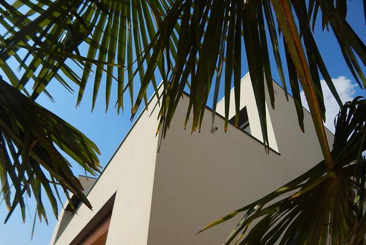 Strakke gevels:  Huizen door Hamers Arquitectura, Modern