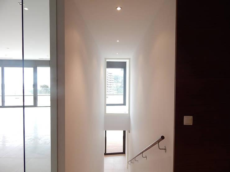 Doorzicht vanuit de entreehal:  Gang en hal door Hamers Arquitectura, Modern
