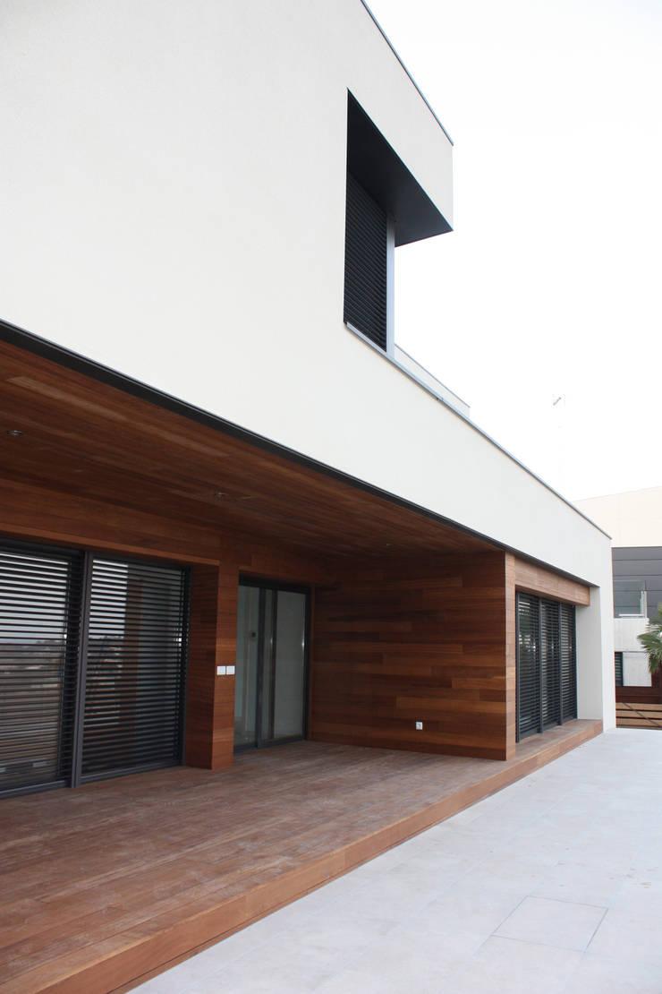 Overdekt terras:  Huizen door Hamers Arquitectura, Modern