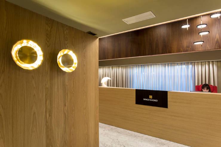Lámpara Scotch Club en entidad bancaria: Oficinas y Tiendas de estilo  de Marset